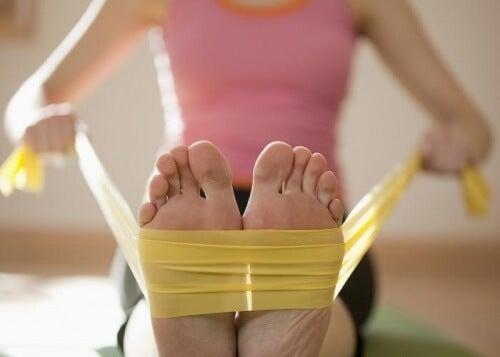 Esercizio piedi con elastico