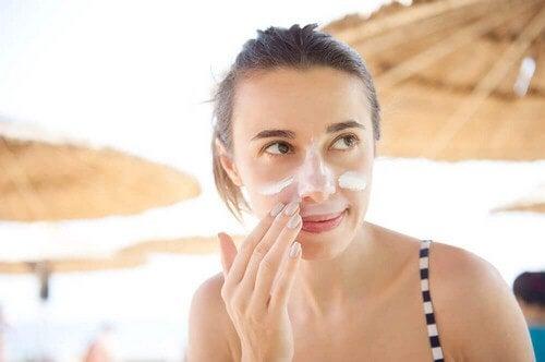 Applicare il protezione viso