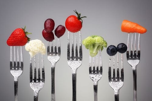 Forchette con frutta e verdura