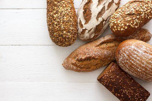 pane bianco e integrale sul tavolo
