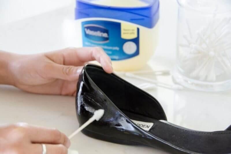 Lucidare le scarpe con la vaselina