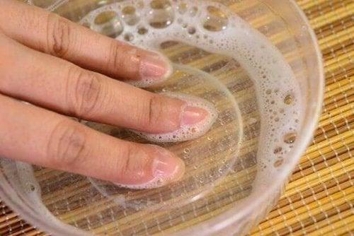 Mano con acqua ossigenata
