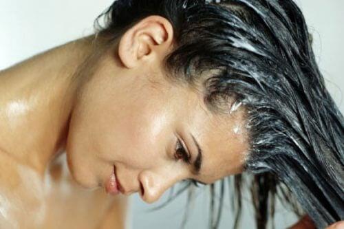 Maschera all'uovo per far crescere i capelli forti e sani