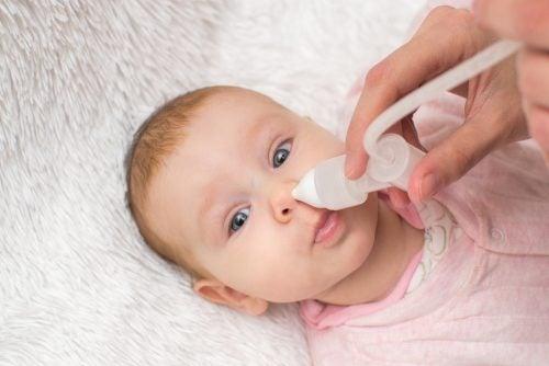 Pulizia del naso di un neonato