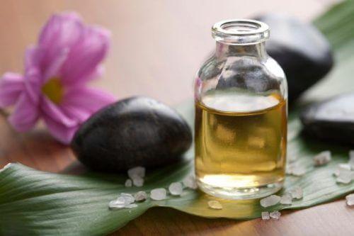 Olio essenziale di tea tree ha proprietà antitraspiranti e micotiche