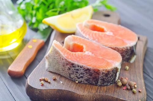 salmone sul tagliere con limone e prezzemolo