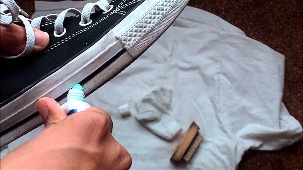 Pulire le scarpe da tennis con il dentifricio