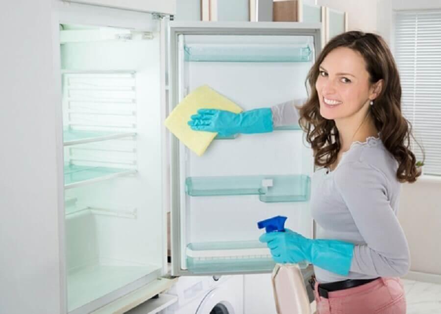 Donna pulisce il frigorifero