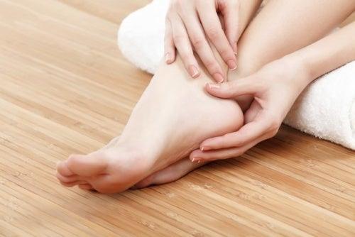 Ragazza che si massaggia i piedi