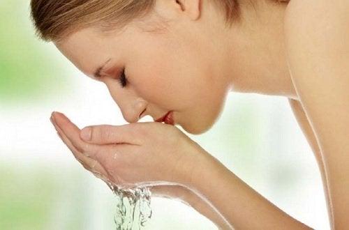 donna si lava il viso