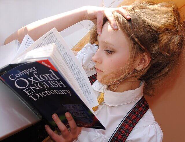 Ragazza con il dizionario