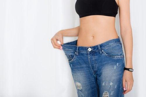 Ragazza dimagrita con jeans larghi