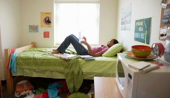 Ragazza sdraiata sul letto