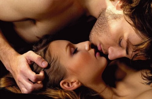 Ragazzi in intimità che si baciano