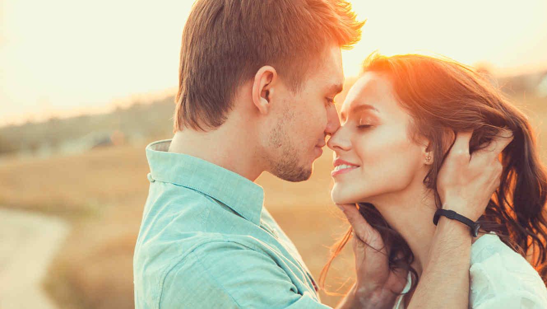 Ragazzo bacia ragazza sorridente