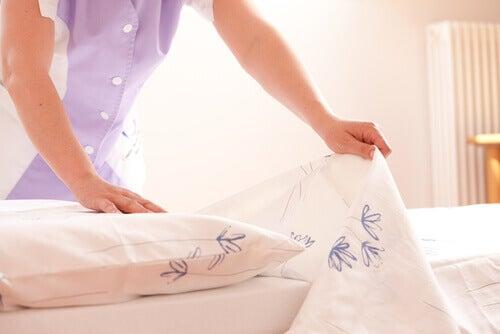 Signora che riveste i cuscini con federe