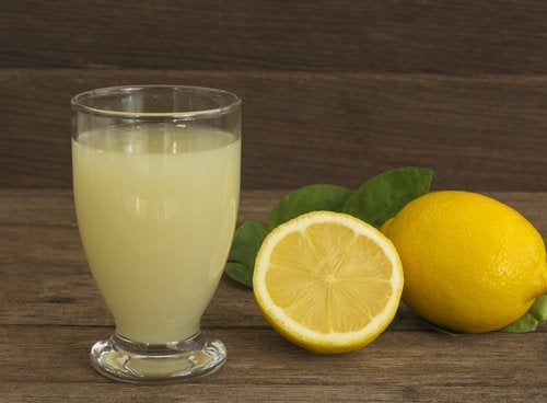 Succo di limone per rimuovere la tinta