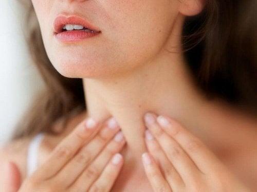 donna con le mani sul collo