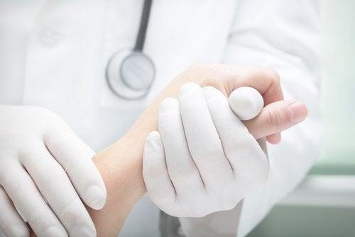 Medico e mani del paziente