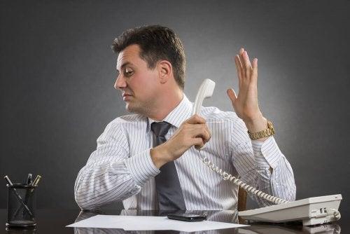 Uomo che ignora una telefonata