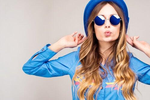 Ragazza con la pelle chiara vestita con abiti blu