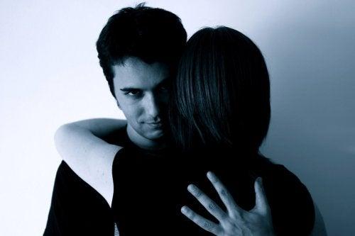 uomo abbraccia donna