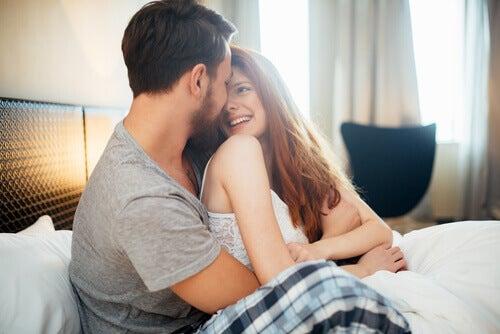 coppia a letto felice
