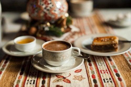 Caffè con olio di cocco cannella e miele