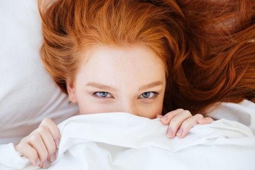 Donna sotto le lenzuola