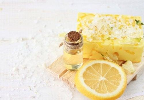 Esfoliante con limone e olio di cocco