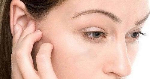 Rimuovere l'acqua dalle orecchie: 4 trucchi