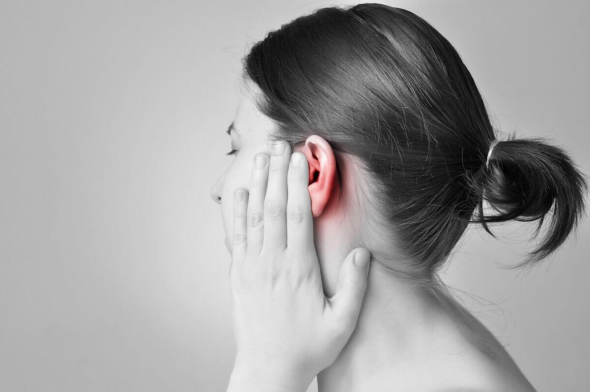 Donna con infiammazione dell'orecchio.