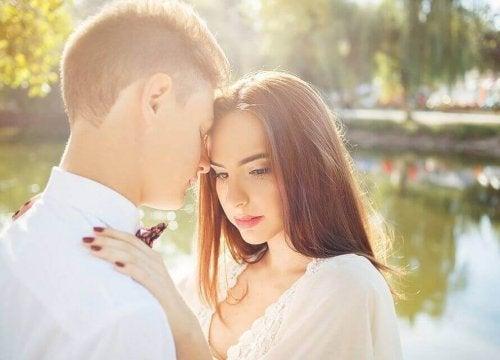 Amare qualcuno che è già fidanzato: errori comuni