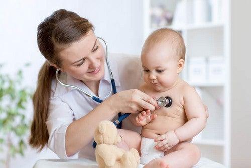Bambino piccolo dalla dottoressa.