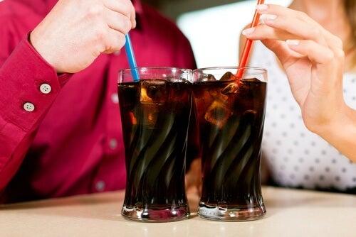 coca cola causa mal di stomaco