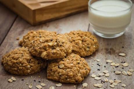 Biscotti di avena con bicchiere di latte.