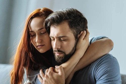 Una coppia triste che si abbraccia