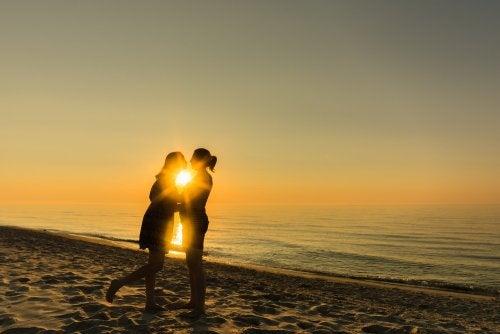 Coppia si bacia al tramonto