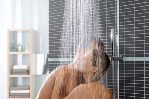 Coppia sotto la doccia