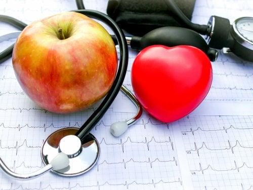 Cuore di pezza mela e stetoscopio