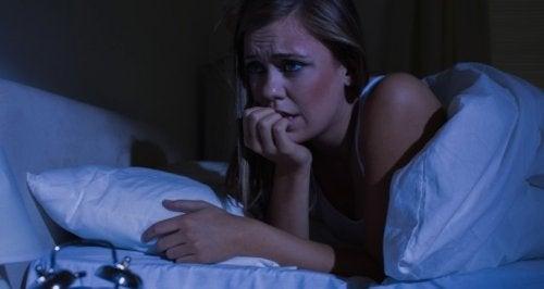 Donna che ha sofferto di un attacco di panico notturno