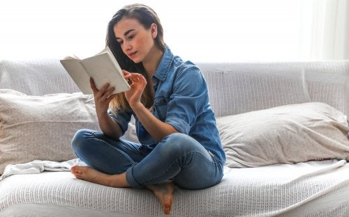 Donna che legge sul letto
