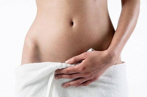 Donna con asciugamano e infezione vaginale