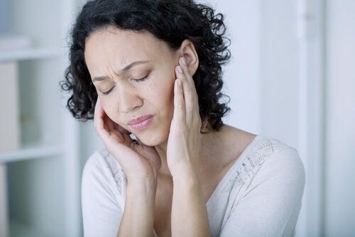 Una donna con un disturbo alle orecchie