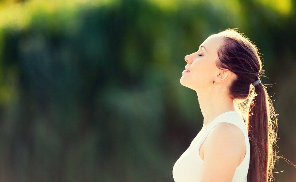 Donna esegue esercizi di respirazione