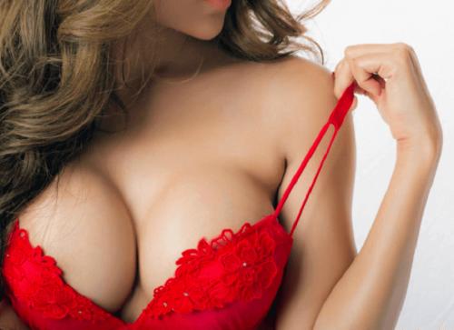 Donna prosperosa con reggiseno rosso