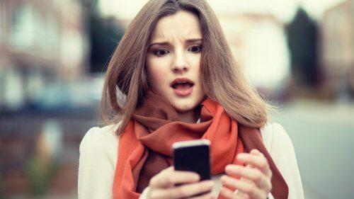 Donna stressata dal cellulare
