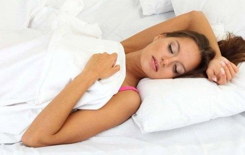 donna dorme adottando posizione scorretta
