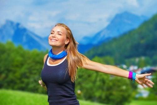 donna respira aria pura in montagna
