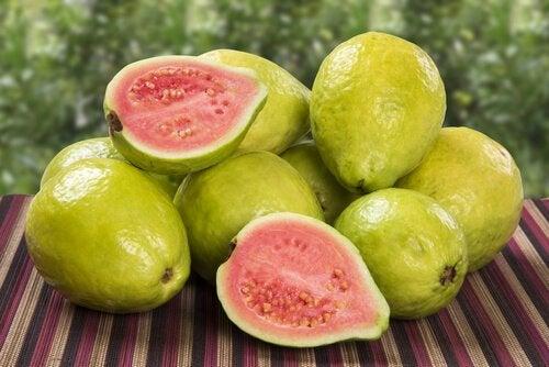la guava è un frutto ricco di antiossidanti